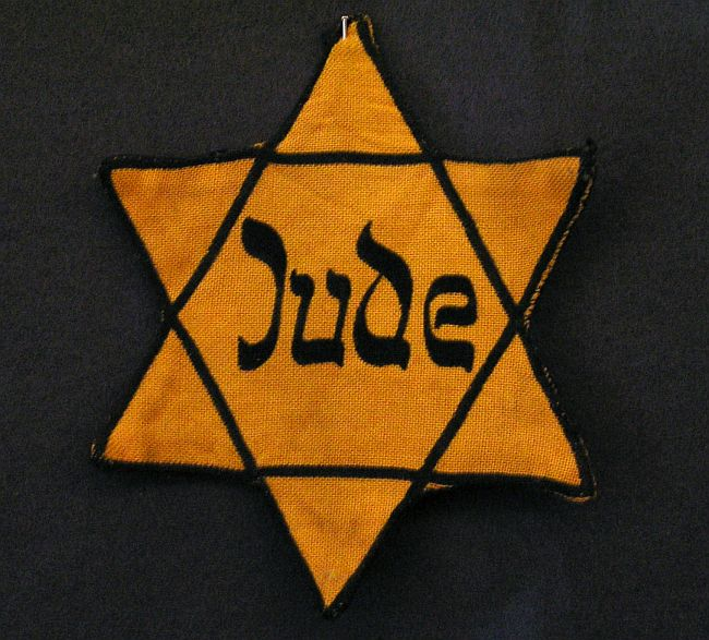 Billy Joel silently protests white supremacists by wearing yellow Star of David
