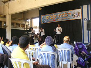 Mendy Jerufi performing at the prison.