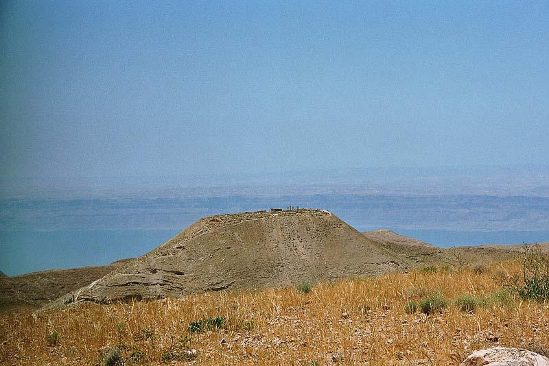 Machaerus with the Dead Sea in the background. / Thomas Bantle via Wikimedia