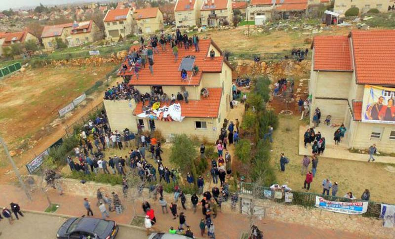 Police remove 9 families from homes in Ofra ahead of demolition
