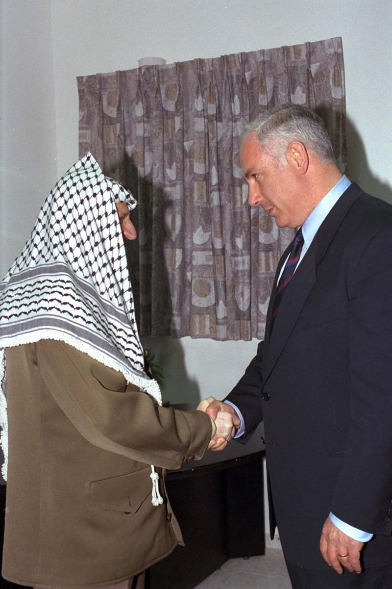 Prime Minister Netanyahu shaking hands with Chairman Arafat / Photo credit: Moshe Milner (GPO)