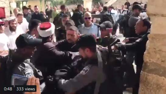 Israeli settlers, police, brutally attack Palestinian worshipers in Al-Aqsa