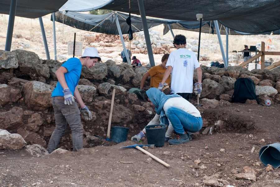 Dozens of students participated in the Rosh Ha-Ayin dig.