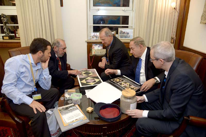 Sifting Project directors Zachi Dvira, Dr. Gabriel Barkay, and Edward Baustein meet with PM Netanyahu to discuss government funding for the project. / Photo credit: The Temple Mount Sifting Project