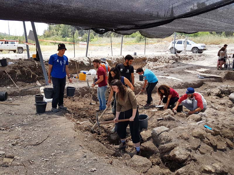 Students from the Paran and Hinaton pre-military preparatory programs participated in the excavation. / Photo credit: Michal Haber, IAA
