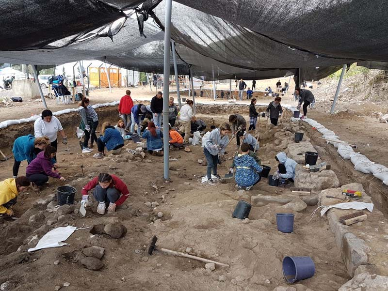 Students of the National Religious Education system participating in archaeological excavations within the framework of preparing the Sanhedrin Trail. / Photo credit: Shmuel Magal, Israel Antiquities Authority
