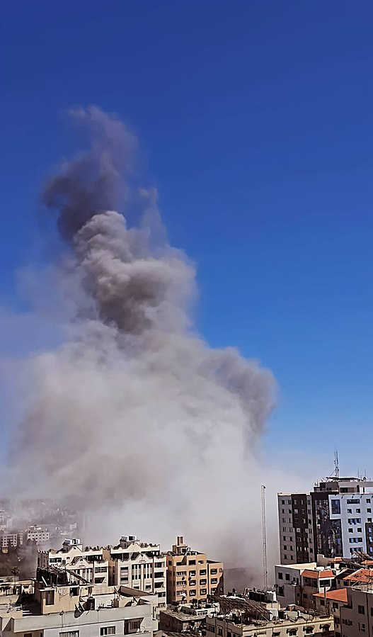 https://upload.wikimedia.org/wikipedia/commons/d/dd/The_Israeli_Air_Force_bombed_the_press_offices_in_Gaza_2021.jpg